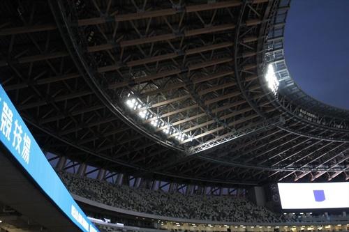 屋根の下に設置された照明設備(写真:宮沢 洋)