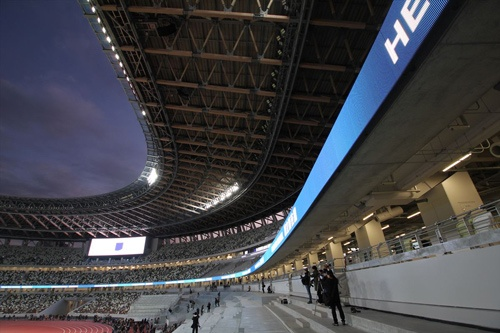 「リボンボード」と名付けた電光掲示板が、客席1層目と2層目の間をぐるりと巡る(写真:宮沢 洋)