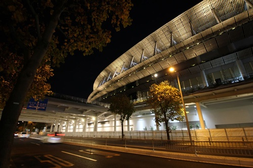 夜の外苑西通り側(写真:宮沢 洋)