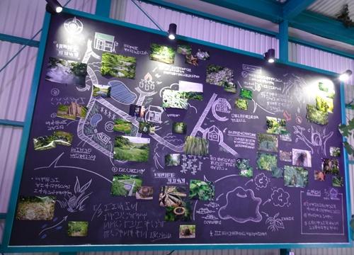 リサーチャーロビーの黒板には地図が描かれていた。何やら文字が書かれているが、判読できない