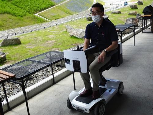 三菱電機は、自律走行する1人乗りのパーソナルモビリティを走らせる