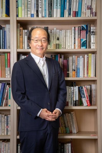 "<span class=""fontBold"">名和高司(なわ・たかし)氏</span><br> 1957年生まれ、熊本県出身。1980年東京大学法学部卒業後、三菱商事、マッキンゼー・アンド・カンパニーを経て2010年に一橋大学大学院教授に。現在は一橋ビジネススクール客員教授。ファーストリテイリングや味の素などの社外取締役も務める。"