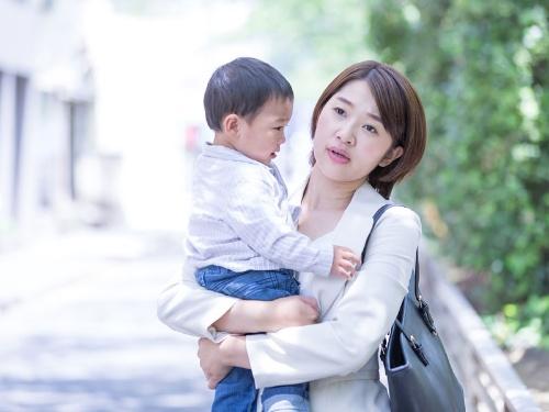 働く母親に対するプレッシャーは、程度の差はあれど、いまだ社会のさまざまな場面に潜んでいる(画像はイメージです)