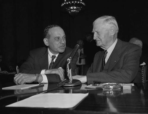 ベンジャミン・グレアム(写真左)が1955年、上院銀行委員会で証言したときの写真。一緒に映るのは、ピーター・ドラッカーも絶賛した名経営者、ロバート・E・ウッド。2人とも「大恐慌の勝者」であった(写真:AP/アフロ)