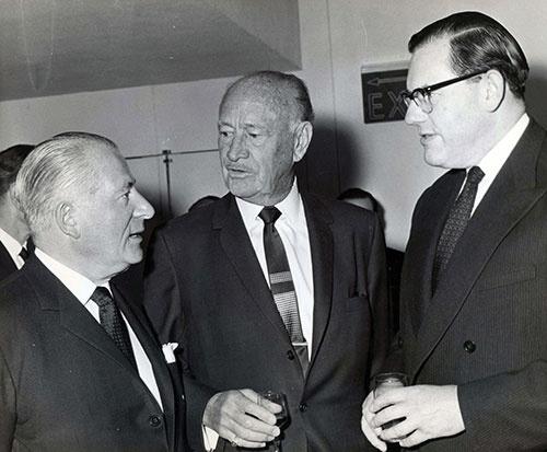 コンラッド・N・ヒルトンが、1963年、ロンドンにホテルを開業したときの写真。真ん中がヒルトンで、英国金融界の要人たちと言葉を交わしている(写真:ユニフォトプレス)