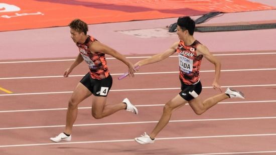 日本代表チームが銅メダルを獲得した2019世界陸上ドーハ大会男子4×100メートルリレー決勝。急きょの出場となった第1走者・多田修平選手から第2走者・白石黄良々選手へのバトンパスがきれいに決まった(写真:アフロ)