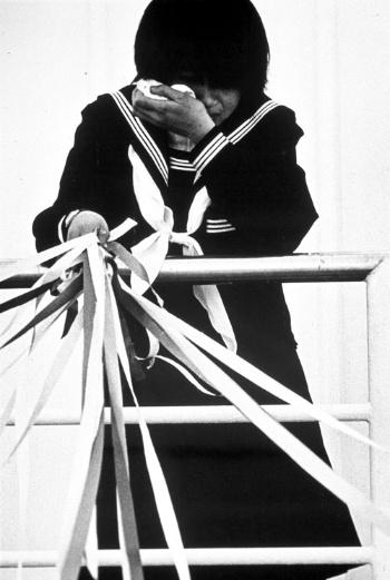 兵庫県・淡路島から連絡船で出航する女学生。1967年撮影(写真:野水 正朔)
