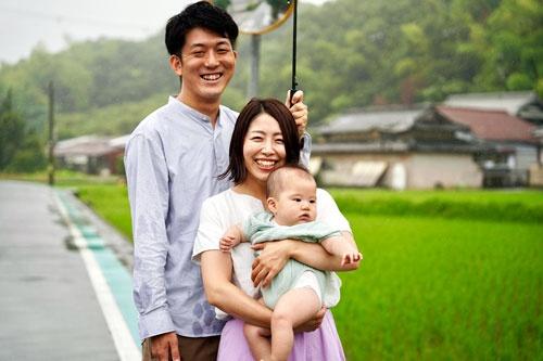 半年前に生まればかりの3人目の子どもと池田征史・彩美夫妻