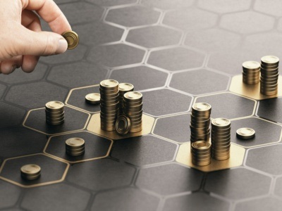 「リスク商品用」に分けた額をすべて投資に回さず、何割かはキャッシュで持っておく(写真:Olivier Le Moal/Shutterstock.com)