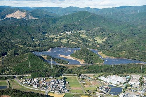 山を崩して開発された大規模太陽光発電。全国で反対運動が増えている(写真:miyata /amanaimages/共同通信イメージズ)