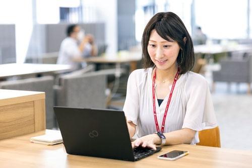 SOMPOひまわり生命保険で働く武田有可さん。週休3日制で育児との両立が可能になった(写真:北山宏一)