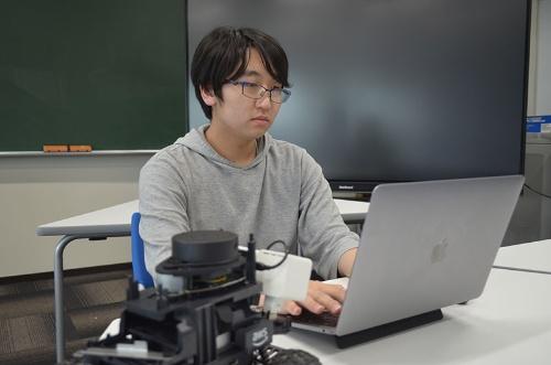 高専の教授から「プログラムを誰よりも速く正確に書き上げる技術は折り紙付き」と評価される吉沢さん