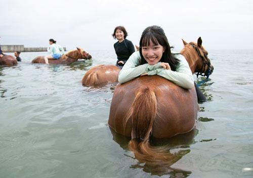 村山愛実さん(中)と玲子さん(左)は海馬コースに母娘で参加した(写真=的野弘路)