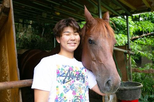 愛馬のナポレオンと。小柳充輝社長は自らファームの存続を申し出た(写真=的野弘路)