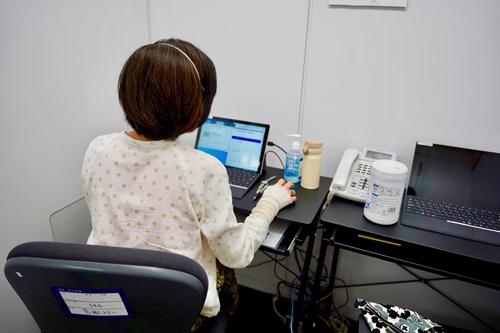 東京・千代田区のビルの一室ではライフリンクの職員が電話で「死にたい」と訴える人々の相談に乗っている