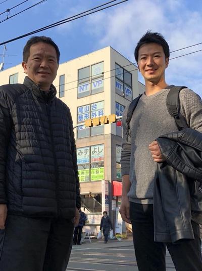 ベンチャーキャピタリストの村口和孝氏(左)と電脳交通創業者の近藤洋祐氏(右)。たまたまタクシー運転手時代に乗せた村口氏の言葉が起業へと近藤氏を突き動かした