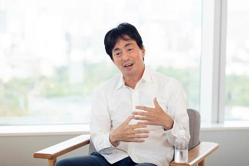 """<span class=""""fontBold"""">山田進太郎(やまだ・しんたろう)</span><br>メルカリ代表取締役CEO(最高経営責任者)。早稲田大学在学時にインターンとして楽天オークションの立ち上げに携わる。卒業後、ウノウを設立し、2010年に米Zyngaに売却。13年にメルカリを創業し、18年に東証マザーズに上場した。(写真=的野弘路)"""