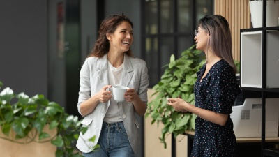たまたま隣に座った人との会話が、その時抱えている課題の解決につながることも(写真:fizkes/Shutterstock)