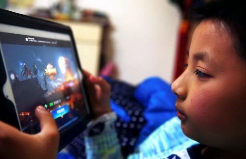 子供から大人まで、多くの中国人が騰訊控股(テンセント)の人気ゲーム「王者栄耀」にのめり込む(写真:アフロ)