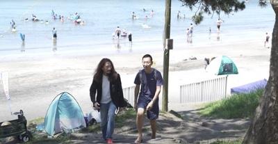 「葉山の海岸にて、Tシャツ、短パン、ビーサンの周さんとの2ショットです」(澤)