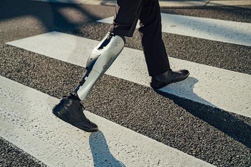 BionicM(バイオニックM、東京・文京)は東大発スタートアップで、人の動きをサポートする義足を開発する