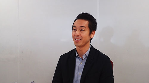 "<b>曽山 哲人</b><br/>1974年神奈川県横浜市生まれ。上智大学文学部英文学科卒業。1998年伊勢丹に入社、紳士服配属とともに通販サイト立ち上げに参加。1999年、20名程度だったサイバーエージェントに入社。インターネット広告の営業担当として入社し、後に営業部門統括に就任。2005年に人事本部設立とともに人事本部長に就任。2008年から取締役を6年務め、2014年より執行役員制度「CA18」に選任され現職。<br/>【情報発信】ブログは<a href=""http://ameblo.jp/dekitan/"" target=""_blank"">こちら</a><br/>プロフィールは<a href=""https://sites.google.com/site/soyama1001/"" target=""_blank"">こちら</a>"