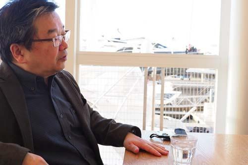 """<span class=""""fontBold"""">小田嶋 隆(おだじま・たかし)</span><br />1956年生まれ。東京・赤羽出身。早稲田大学卒業後、食品メーカーに入社。1年ほどで退社後、紆余曲折を経てテクニカルライターとなり、現在はひきこもり系コラムニストとして活躍中。日経ビジネス本誌で「パイ・イン・ザ・スカイ」、当日経ビジネスオンラインで「<a href=""""/article/life/20081022/174784/"""" target=""""_blank"""">ア・ピース・オブ・警句</a>」を連載中。近著は、『<a href=""""http://amzn.to/2ConLNK"""" target=""""_blank"""">上を向いてアルコール 「元アル中」コラムニストの告白</a>』。岡康道氏とは高校時代の同級生。"""