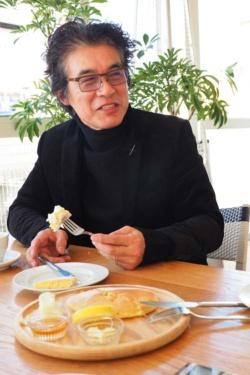 """<span class=""""fontBold"""">岡康道(おか・やすみち)</span><br />1956年佐賀県に生まれ東京に育つ。早稲田大学法学部卒業後、電通に入社。CMプランナーとしてJR東日本、サントリーなど時代を代表するキャンペーンを多く手がける。97年、JAAAクリエイター・オブ・ザ・イヤー受賞。99年、日本初のクリエイティブ・エージェンシーTUGBOATを設立。NTTドコモ、TOYOTA、ダイワハウス、サントリーなどのCMを手がける。ACCグランプリ、TCC最高賞ほか多数受賞。エッセイ集『<a href=""""http://amzn.to/2ERl2xZ"""" target=""""_blank"""">アイデアの直前</a>』、小説『<a href=""""http://amzn.to/2HMSILl"""" target=""""_blank"""">夏の果て</a>』などがある。近著は『<a href=""""http://amzn.to/2HLhw6a"""" target=""""_blank"""">勝率2割の仕事論</a>』。小田嶋隆氏とは高校時代の同級生。"""