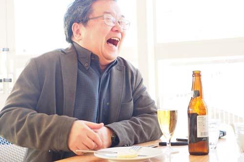 """<span class=""""fontBold"""">小田嶋 隆(おだじま・たかし)</span><br />1956年生まれ。東京・赤羽出身。早稲田大学卒業後、食品メーカーに入社。1年ほどで退社後、紆余曲折を経てテクニカルライターとなり、現在はひきこもり系コラムニストとして活躍中。日経ビジネス本誌で「パイ・イン・ザ・スカイ」、当日経ビジネスオンラインで「<a href=""""/article/life/20081022/174784/"""" target=""""_blank"""">ア・ピース・オブ・警句</a>」を連載中。近著は、『<a href=""""http://amzn.to/2ConLNK"""" target=""""_blank"""">上を向いてアルコール 「元アル中」コラムニストの告白</a>』岡康道氏とは高校時代の同級生。"""