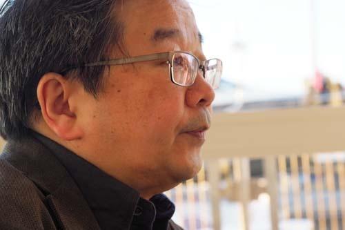 """<span class=""""fontBold"""">小田嶋 隆(おだじま・たかし)</span>1956年生まれ。東京・赤羽出身。早稲田大学卒業後、食品メーカーに入社。1年ほどで退社後、紆余曲折を経てテクニカルライターとなり、現在はひきこもり系コラムニストとして活躍中。日経ビジネス本誌で「パイ・イン・ザ・スカイ」、当日経ビジネスオンラインで「<a href=""""/article/life/20081022/174784/"""" target=""""_blank"""">ア・ピース・オブ・警句</a>」を連載中。近著は、『<a href=""""http://amzn.to/2sZmkl6"""" target=""""_blank"""">上を向いてアルコール 「元アル中」コラムニストの告白</a>』岡康道氏とは高校時代の同級生。"""
