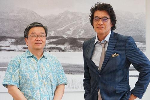 """写真左:<b>小田嶋 隆(おだじま・たかし)</b>1956年生まれ。東京・赤羽出身。早稲田大学卒業後、食品メーカーに入社。1年ほどで退社後、小学校事務員見習い、ラジオ局ADなどを経てテクニカルライターとなり、現在はひきこもり系コラムニストとして活躍中。日経ビジネスオンラインで「<a href=""""/article/life/20081022/174784/"""" target=""""_blank"""">ア・ピース・オブ・警句</a>」、日経ビジネスで「パイ・イン・ザ・スカイ」を連載中<br /><br /> 写真右:<b>岡 康道(おか・やすみち)</b>1956年生まれ。佐賀県嬉野市出身。80年早稲田大学法学部卒。同年、電通に営業として入社。85年にクリエーティブ局へ異動。99年7月クリエーティブエージェンシー「TUGBOAT」を設立。2004年 NYADC審査委員を務める。東京コピーライターズクラブ会員。NY ADC会員。LONDON D&AD会員。主なCM作品として、NTTドコモ、NTT東日本、サッポロビール、大和ハウス、キヤノン、富士ゼロックス、富士フイルムなど数々の企業ブランドキャンペーンを手掛ける。"""