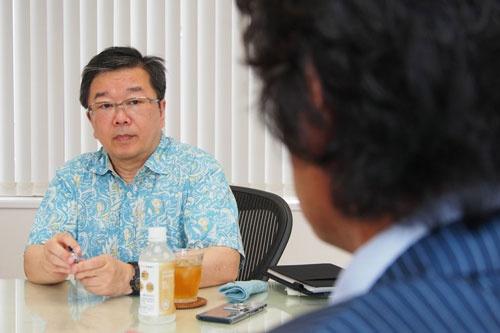 """<b>小田嶋 隆(おだじま・たかし)</b>1956年生まれ。東京・赤羽出身。早稲田大学卒業後、食品メーカーに入社。1年ほどで退社後、小学校事務員見習い、ラジオ局ADなどを経てテクニカルライターとなり、現在はひきこもり系コラムニストとして活躍中。日経ビジネスオンラインで「<a href=""""/article/life/20081022/174784/"""" target=""""_blank"""">ア・ピース・オブ・警句</a>」、日経ビジネスで「パイ・イン・ザ・スカイ」を連載中"""