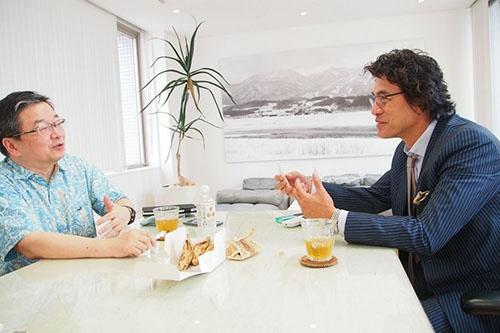 """写真左:<b>小田嶋 隆(おだじま・たかし)</b>1956年生まれ。東京・赤羽出身。早稲田大学卒業後、食品メーカーに入社。1年ほどで退社後、小学校事務員見習い、ラジオ局ADなどを経てテクニカルライターとなり、現在はひきこもり系コラムニストとして活躍中。日経ビジネスオンラインで「<a href=""""/article/life/20081022/174784/"""" target=""""_blank"""">ア・ピース・オブ・警句</a>」、日経ビジネスで「パイ・イン・ザ・スカイ」を連載中<br /><br /> 写真右:<b>岡 康道(おか・やすみち)</b>1956年生まれ。佐賀県嬉野市出身。80年早稲田大学法学部卒。同年、電通に営業として入社。85年にクリエーティブ局へ異動。99年7月クリエーティブエージェンシー「TUGBOAT」を設立。2004年 NYADC審査委員を務める。東京コピーライターズクラブ会員。NY ADC会員。LONDON D&AD会員。主なCM作品として、NTTドコモ、NTT東日本、サッポロビール、大和ハウス、キヤノン、富士ゼロックス、富士フイルムなど数々の企業ブランドキャンペーンを手掛ける"""