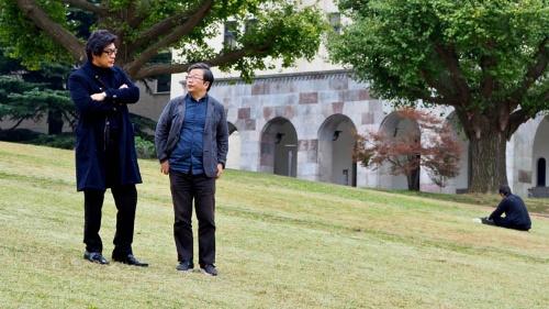 """写真左:<span class=""""fontBold"""">岡康道(おか・やすみち)</span>1956年佐賀県に生まれ東京に育つ。早稲田大学法学部卒業後、電通に入社。CMプランナーとしてJR東日本、サントリーなど時代を代表するキャンペーンを多く手がける。97年、JAAAクリエイター・オブ・ザ・イヤー受賞。99年、日本初のクリエイティブ・エージェンシーTUGBOATを設立。NTTドコモ、TOYOTA、ダイワハウス、サントリーなどのCMを手がける。ACCグランプリ、TCC最高賞ほか多数受賞。エッセイ集『<a href=""""http://www.amazon.co.jp/gp/redirect.html?ie=UTF8&location=http%3A%2F%2Fwww.amazon.co.jp%2Fgp%2Fproduct%2F430902159X%2F&tag=nikkeibusines-22&linkCode=ur2&camp=247&creative=1211"""" target=""""_blank"""">アイデアの直前</a>』、小説『<a href=""""http://www.amazon.co.jp/gp/redirect.html?ie=UTF8&location=http%3A%2F%2Fwww.amazon.co.jp%2Fgp%2Fproduct%2F4093863660%2F&tag=nikkeibusines-22&linkCode=ur2&camp=247&creative=1211"""" target=""""_blank"""">夏の果て</a>』などがある。近著は『<a href=""""http://www.amazon.co.jp/gp/redirect.html?ie=UTF8&location=http%3A%2F%2Fwww.amazon.co.jp%2Fgp%2Fproduct%2F4334039251%2F&tag=nikkeibusines-22&linkCode=ur2&camp=247&creative=1211"""" target=""""_blank"""">勝率2割の仕事論</a>』。小田嶋隆氏とは高校時代の同級生。<br><br> 写真左:<span class=""""fontBold"""">小田嶋 隆(おだじま・たかし)</span>1956年生まれ。東京・赤羽出身。早稲田大学卒業後、食品メーカーに入社。1年ほどで退社後、紆余曲折を経てテクニカルライターとなり、現在はひきこもり系コラムニストとして活躍中。日経ビジネス本誌で「パイ・イン・ザ・スカイ」、当日経ビジネスオンラインで「<a href=""""/article/life/20081022/174784/"""" target=""""_blank"""">ア・ピース・オブ・警句</a>」を連載中。近著は、『<a href=""""http://www.amazon.co.jp/gp/redirect.html?ie=UTF8&location=http%3A%2F%2Fwww.amazon.co.jp%2Fgp%2Fproduct%2F4909394036%2F&tag=nikkeibusines-22&linkCode=ur2&camp=247&creative=1211"""" target=""""_blank"""">上を向いてアルコール 「元アル中」コラムニストの告白</a>』岡康道氏とは高校時代の同級生。"""