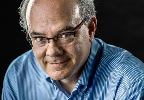 マーク・フィッシャー氏。ワシントン・ポスト紙のシニアエディター。30年以上同紙で活躍し、ベルリン支局長などを歴任。フィッシャー氏の執筆した記事は、2014年には公益部門、2016年には国内報道部門で、ピュリツァー賞を受賞