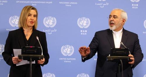制裁解除を発表するイランのザリフ外相(右)とEUのモゲリーニ上級代表(写真:AP/アフロ)