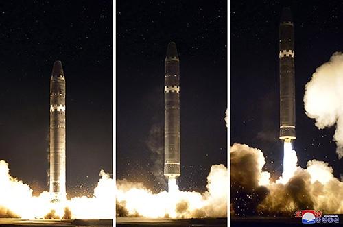 北朝鮮が発射した新型ICBM「火星15号」(提供:KCNA/UPI/アフロ)