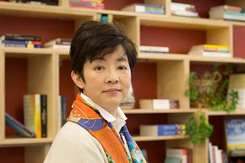 "<span class=""fontBold"">ありま・あつみ</span> 1962年生まれ。86年京都大学卒、同年現みずほ銀行に入行。34歳で出産、復帰後にみずほ証券に出向する。みずほ銀行法人企画部次長、M&Aの助言を行うA・L・Cアドバイザリー部長などを経て、2014年に3メガバンク初の生え抜き女性役員となる。2017年12月に退職し、この1月から米ハーバード大ALIブログラムで学ぶ。"