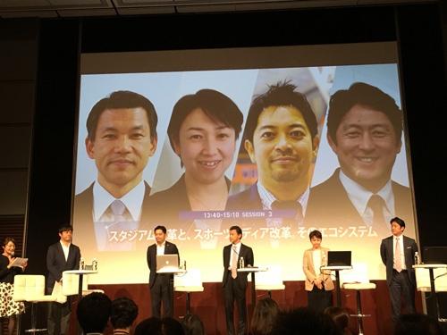 昨年開催された『カラダWEEK presents NTV SPORTS LAB』で秦英之氏(右端)が登壇した(司会を務めたのが佐野徹氏)