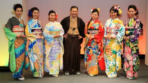 KIMONO PROJECTの発案者であり福岡県久留米市で呉服店・蝶屋を営む高倉慶応氏(中央)