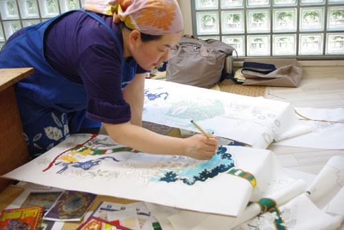 新興メーカーに押され、日本が誇る伝統工芸技術を駆使しながら着物づくりをする制作者は激減している