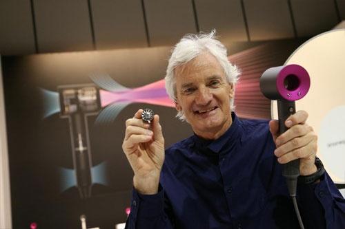<b>ジェームズ・ダイソン(James Dyson)</b>氏 1947年5月生まれ。紙パックを使用せず吸引力が衰えないサイクロン掃除機を発明し、英国などで大ヒットする。その後、独自開発した小型のデジタルモーター技術を応用し、羽根がない扇風機「エアマルチプライアー」などにも製品カテゴリーを拡大。自ら設立した財団を通じてエンジニアの育成に力を注ぐほか、2011年からは母校である英王立芸術大学院(RCA)の学長(Provost)も務める。2007年に英エリザベス女王から「サー(Sir)」の称号を得た(写真:陶山勉、以下同)