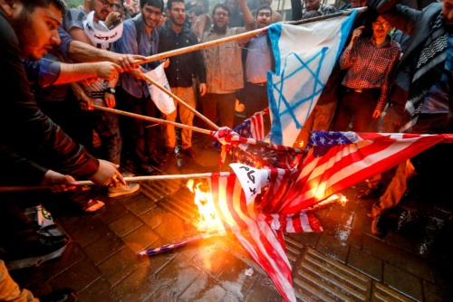 米国によるイラン核合意離脱に抗議するテヘラン市民(写真:AP/アフロ)