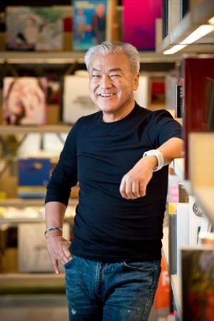 [ますだ・むねあき]1951年、大阪府枚方市生まれ。1973年、同志社大学経済学部卒業後、アパレルの企画販売を手がける鈴屋に入社。1983年、大阪府枚方市に「蔦屋書店 枚方店」を創業。1985年にカルチュア・コンビニエンス・クラブを設立。2000年には東証マザーズに上場、2003年には東京証券取引所市場第一部に変更するも、2011年にはMBO(経営陣が参加する買収)で上場廃止。2011年12月に「代官山 T-SITE」開業後、商業施設や家電店など新規業態を直営で展開する(撮影:的野弘路)