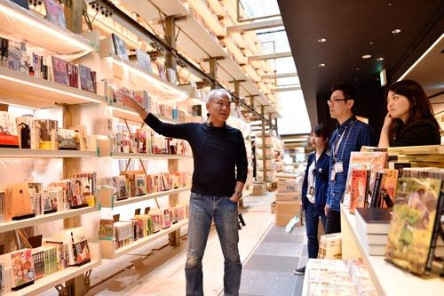 ギンザシックスの「蔦屋書店」開業前に、店舗を見てまわる増田社長。直営店舗には、増田社長の「徹底した顧客視点」が反映される(撮影:大槻 純一)