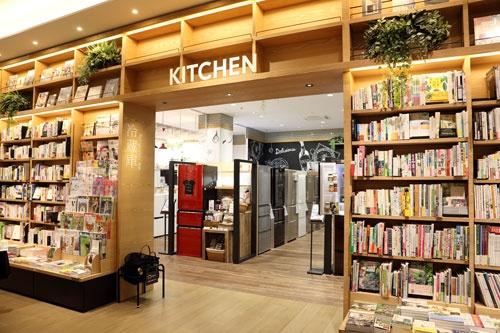 4月に広島駅前に開業した「エディオン蔦屋家電」。書籍売り場についてはエディオンがCCCとFC契約を結び、そのほかはエディオンが通常の家電店として運営する(撮影:大亀 京助)