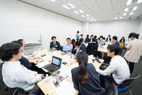 オープン編集会議のメンバーが「日本のイノベーション」について議論(写真撮影:吉成大輔、以下同じ)
