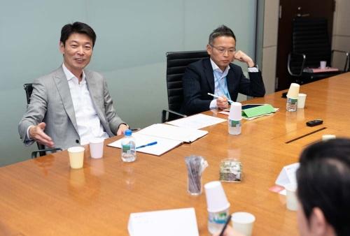 オープン編集会議に登場したボストンコンサルティンググループ杉田浩章日本代表(左)と植草徹也シニア・パートナー&マネージング・ディレクター(右、写真撮影=吉成大輔、以下同じ)