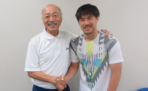 日本代表戦で帰国中に岡崎慎司選手(右)と久し振りに再会した黒田和生氏