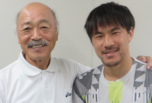 黒田和生氏(左)とレスター・シティの岡崎慎司選手